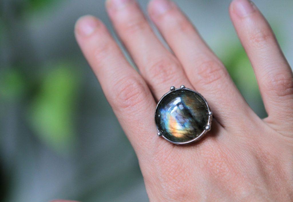 Кольцо с камнем лабрадор