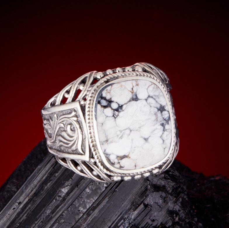 Перстень с кахолонгом