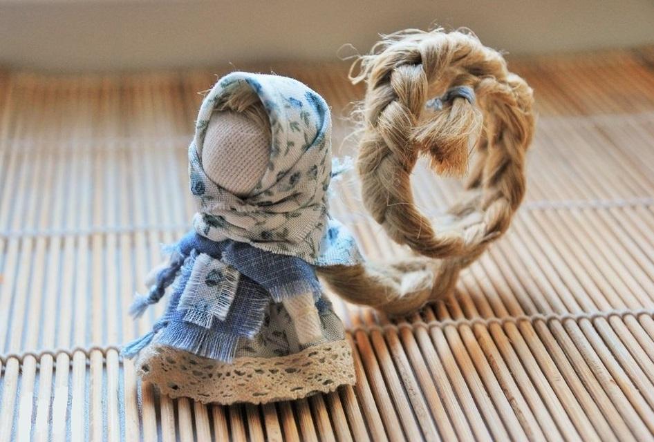 Куколка с длинной косой