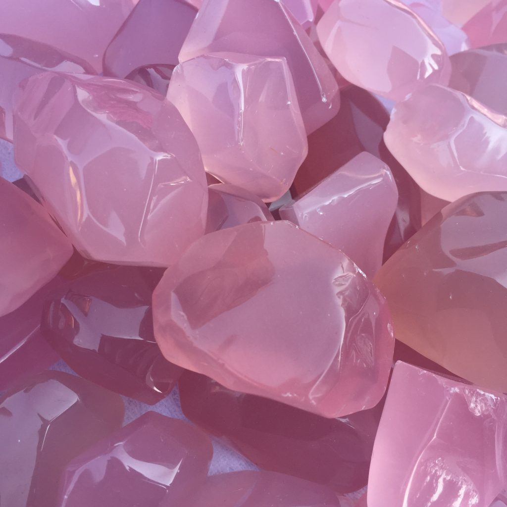Розовые камни кварц